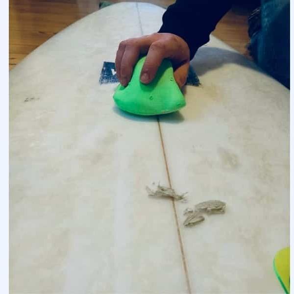 Surfbrett sauber machen